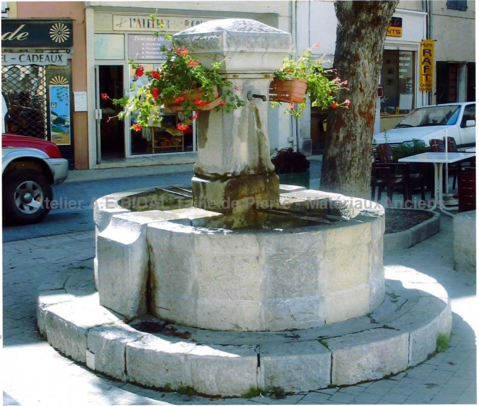 Fontaine de village de style rustique, taille de pierre soignée ABidal
