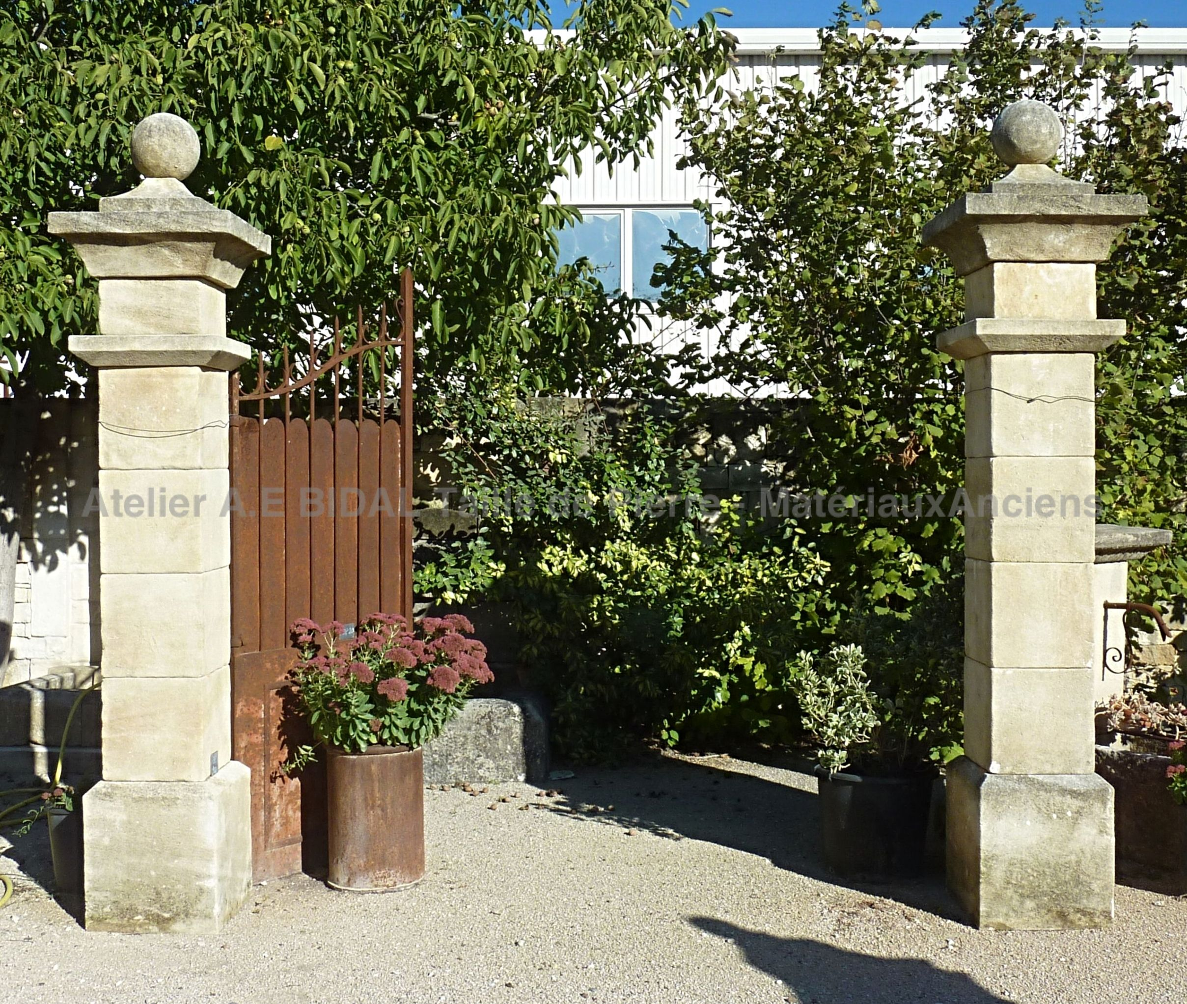 BA100 - Pair of stone pillars for gate or entrance - in natural limestone from Provence