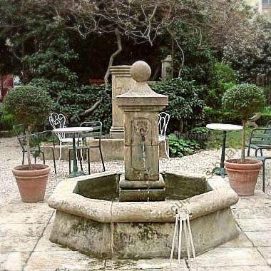 Fontaine centrale en pierre de taille par le tailleur de pierre Bidal.
