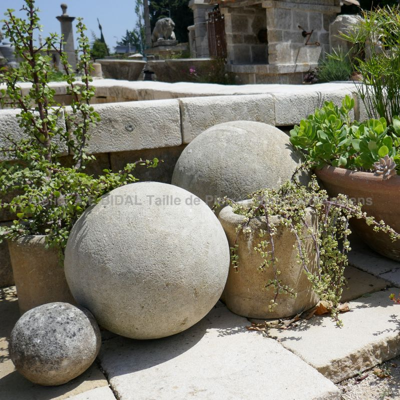 Hand carved stone ball - Exterior decoration in natural stone by Atelier Alain BIDAL in Provence.