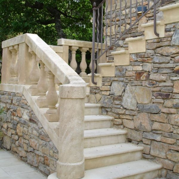 Very lovely exemple of stairs in natural Freestone