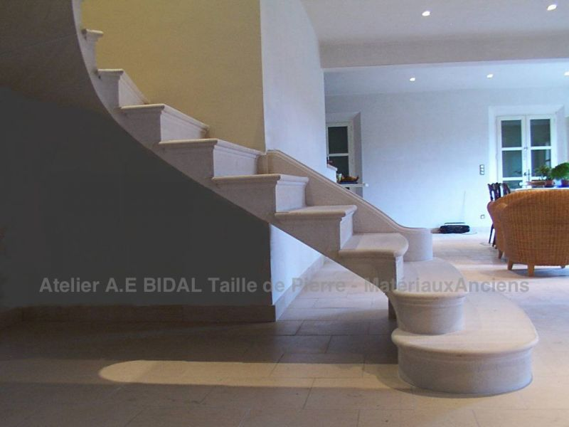Magnificnet exemple of a staircase in stone handmade by the stone mason of the Bidal workshop in Vaucluse