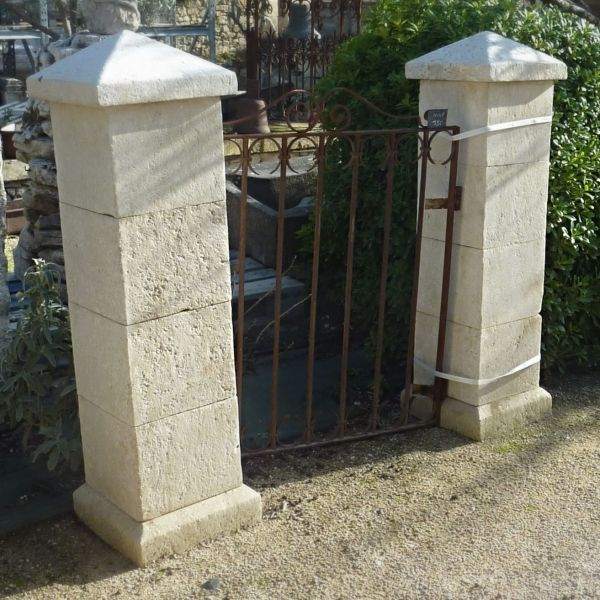 Small pillars in natural stone crafted by our stone mason in Provence