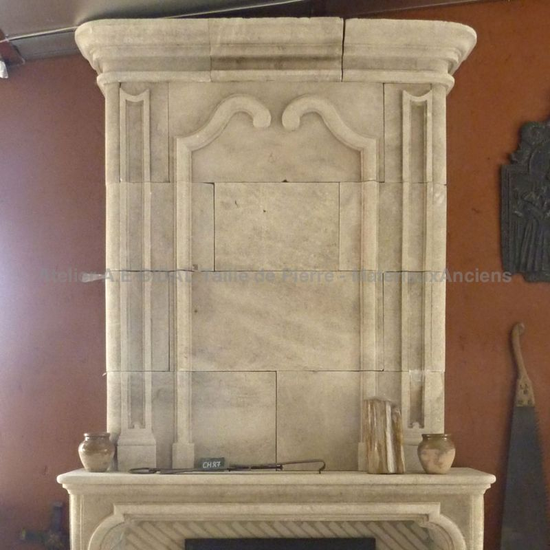 Fireplace in limestone by the craftmen of the AE Bidal workshops.