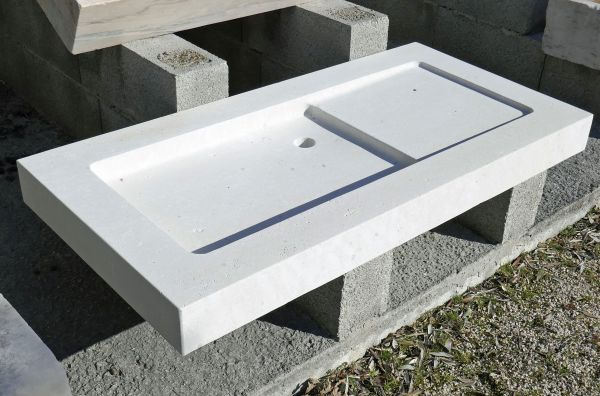 Natural stone kitchen sink hand-made in quality French limestone by the professional stone cutter Alain BIDAL.
