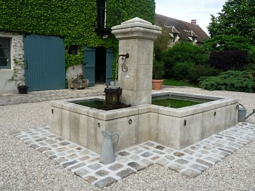 How to install a stone fountain yourself. The Atelier BIDAL answers all of your questions on this subject !
