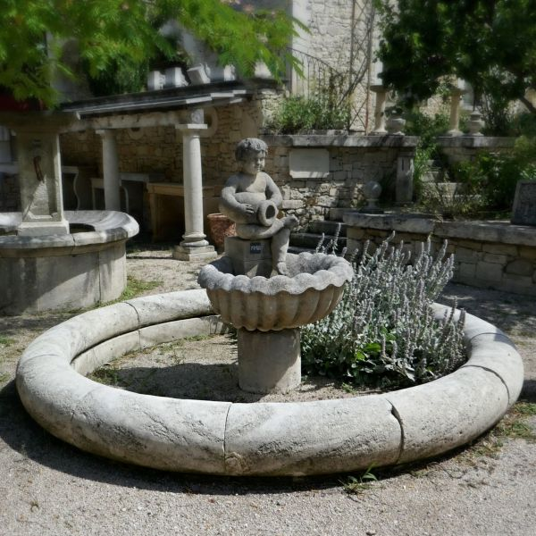 Central garden fountain in natural limestone - A round water fountain by AE Bidal