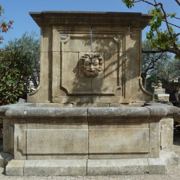 French fountain with hand-sculptures in stone by our craftmen stonemason Alain BIDAL.