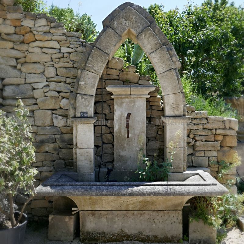 Decorative fountain made of natural stone by the artisan stonemason in Provence Alain Bidal.