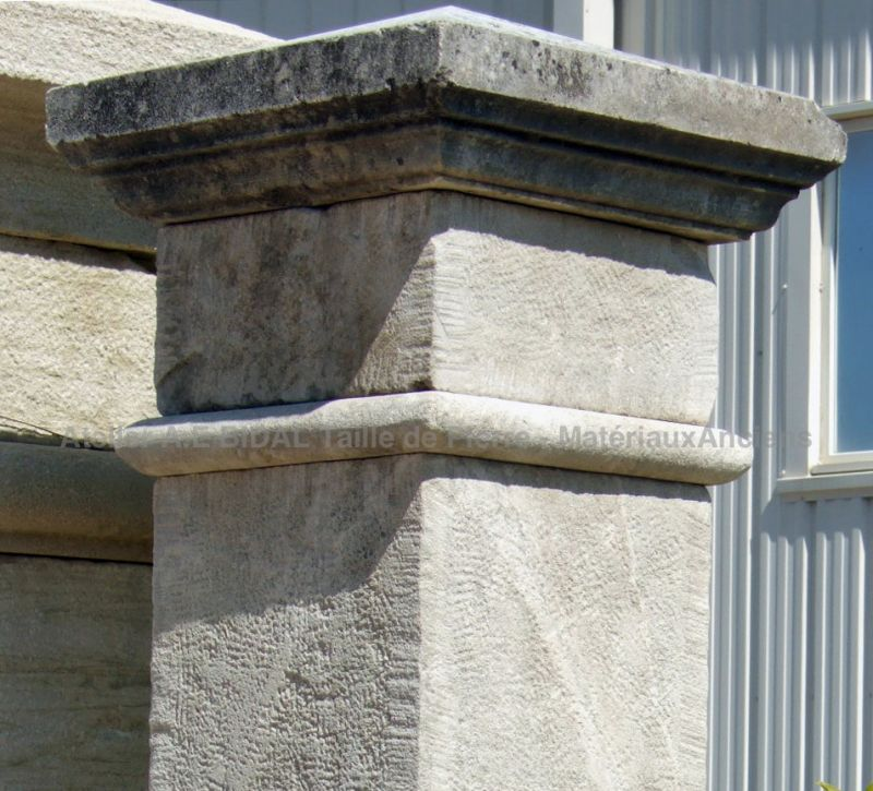 Detail of the pointy and molded capital on our stone pillar - Atelier Alain BIDAL.
