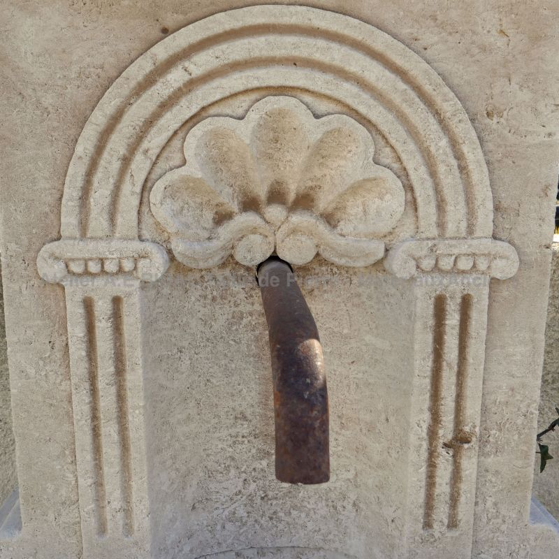 Garden wall-fountain carved in natural limestone - Coquille PM