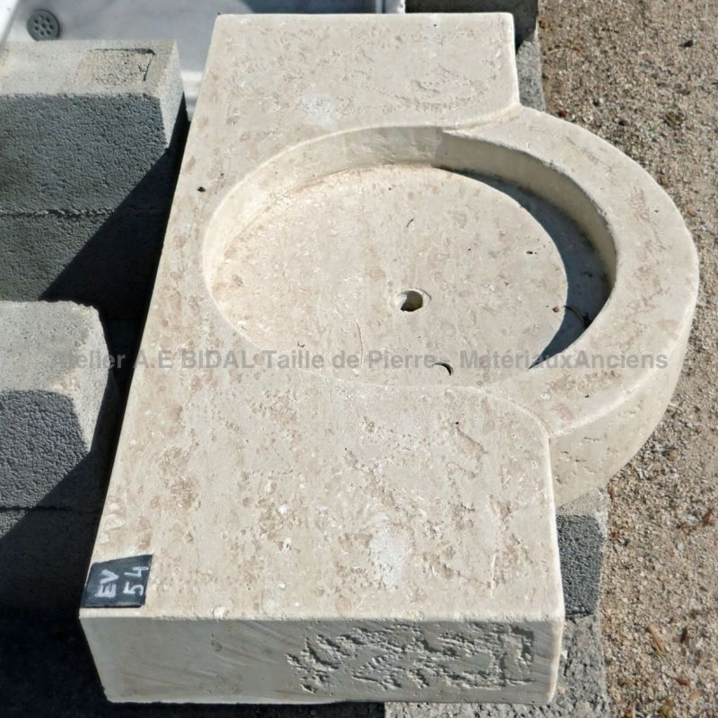 The Atelier AE Bidal advises you to rather choose natural stone for your bathroom or kitchen sinks.