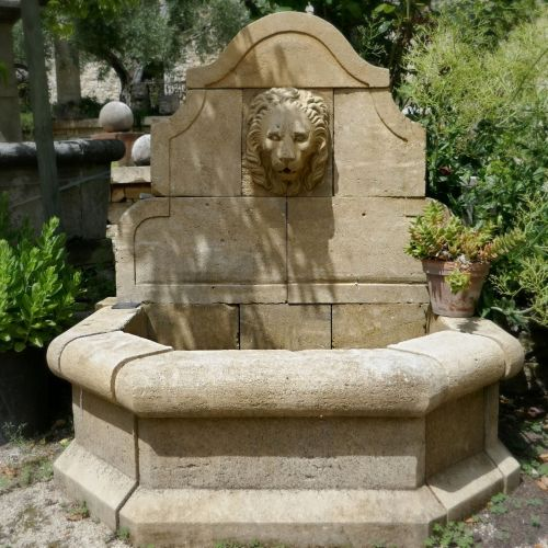 Wall fountain with lion's head hand carved by the Provencal stonemason Alain BIDAL.