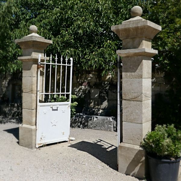 Gateposts crafted in Provence stone | Pair of pillars made by the stonemason of the artisanal company Alain Bidal.