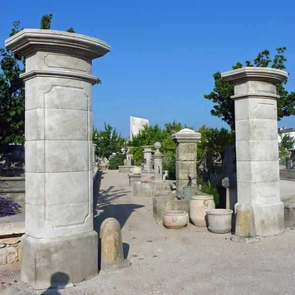 Restangular gate posts in stone - stone pillars by Atelier Alain Bidal, master stone cutter in Provence