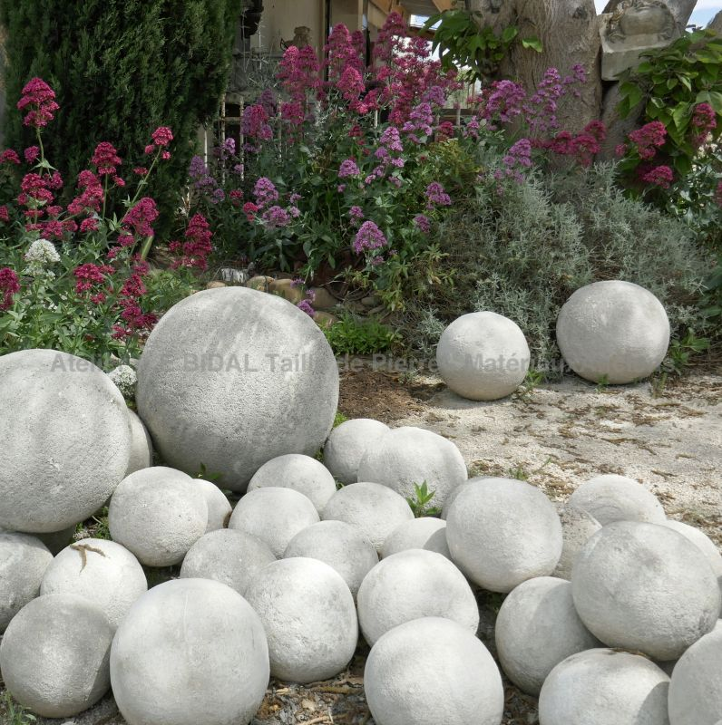 Outdoor decoration : ball carved by hand in limestone by Atelier Alain BIDAL, Provence.