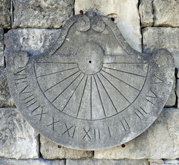 Sundial in Provence stone - Craft made at the Isle of Sorgue