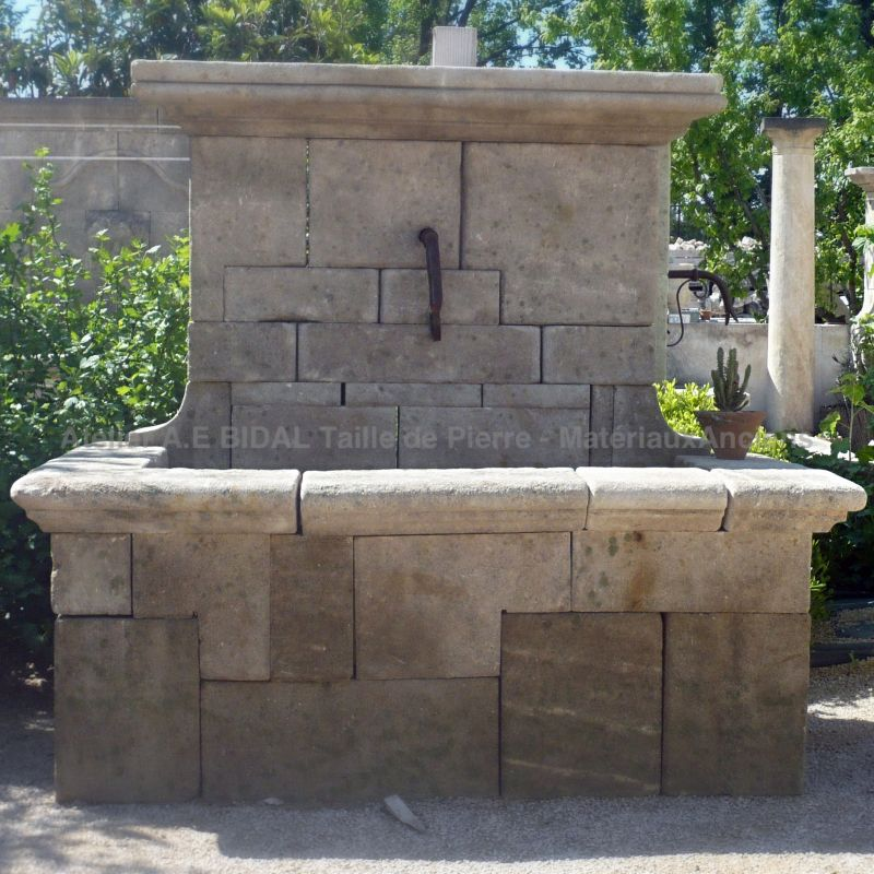 Fountain in stone - A crafted creation made by our stonemason Alain BIDAL in Provence.