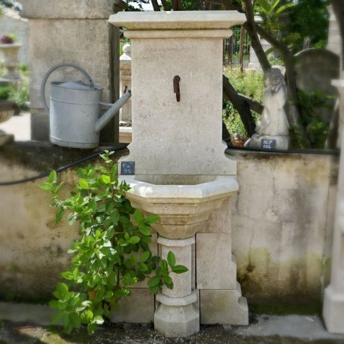 Elegant Gothic-style fountain in stone - Decorative fountain in natural stone from Atelier BIDAL.