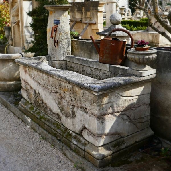 The stonemason Alain Bidal introduces this corner fountain made in natural limestone.