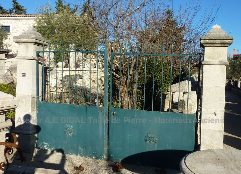 Get a nice entrance gate with a set of two pillars in natural stone from Provence.