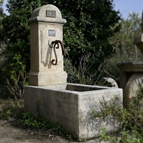 Provençal fountain with trough for outdoor use | Wall fountain by the stonemason Alain Bidal.