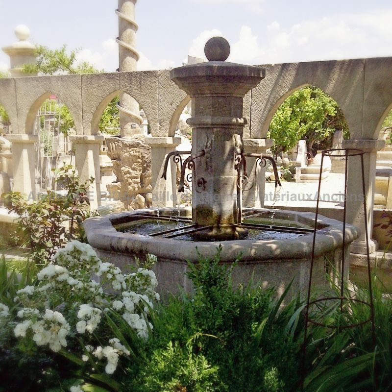 Large central fountain in French limestone for stylish outdoor landscaping !