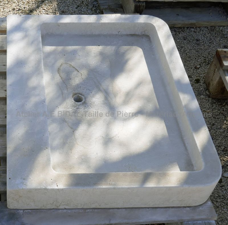 Provincial stone sink : a monolithic kitchen sink carved in quality limestone typical of Provence.