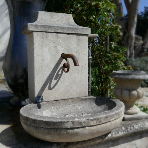 The stonemason Alain Bidal presents here his small stone garden fountain | Water fountain made of natural stone.