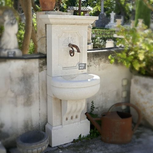 Fountain with bowl on foot hand-carved in limestone | Cheap fountain ideal for small spaces.